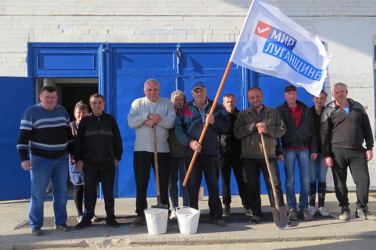 Активисты Дьяковского первичного отделения обновили надпись «Мир Луганщине» на самой высокой точке при въезде в село 2