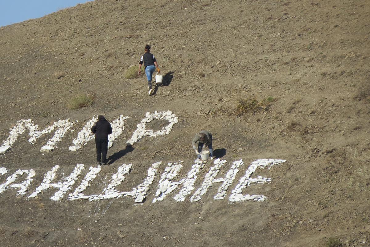 Активисты Дьяковского первичного отделения обновили надпись «Мир Луганщине» на самой высокой точке при въезде в село 4
