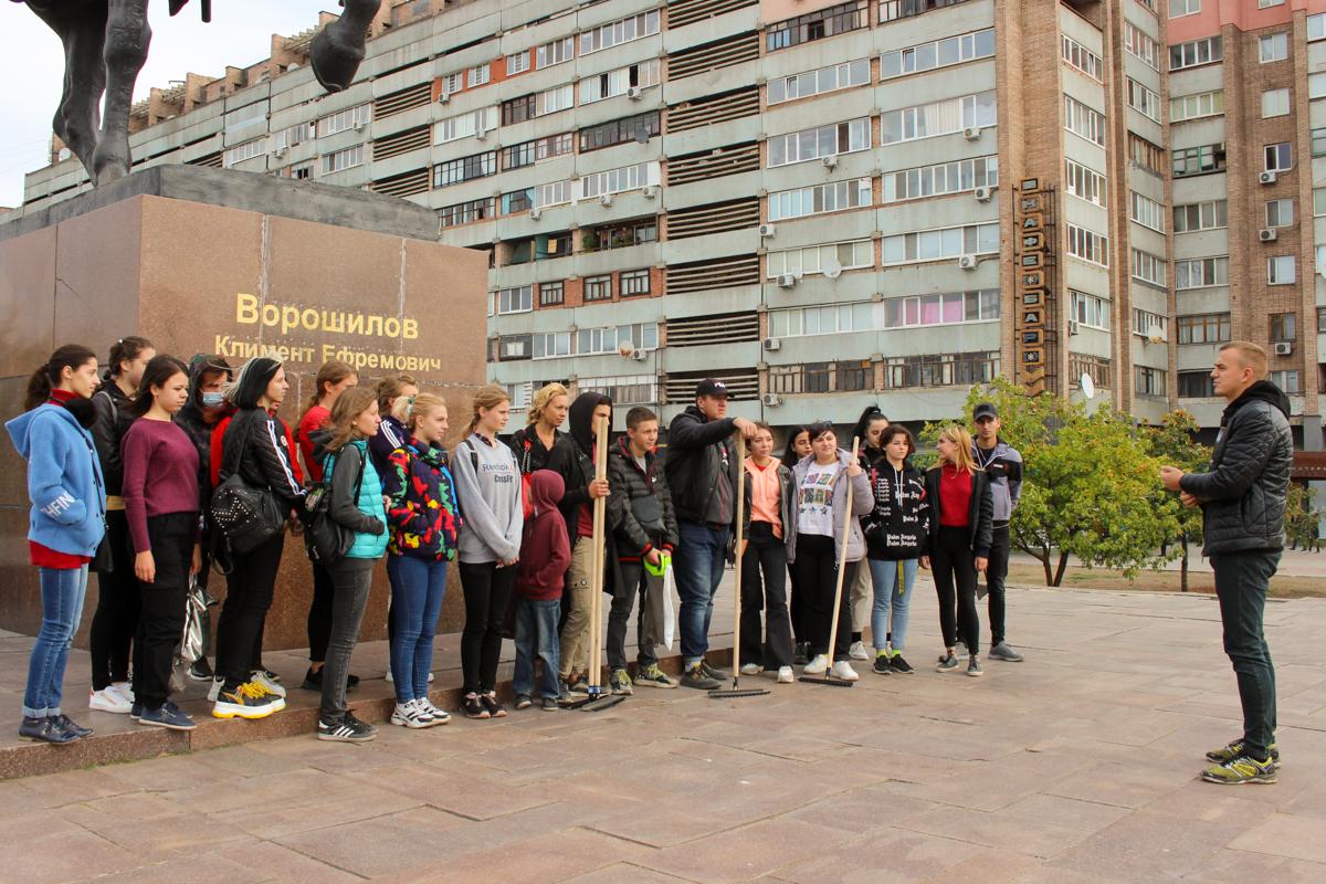 В Луганске активисты провели субботник у памятника Клименту Ворошилову 1