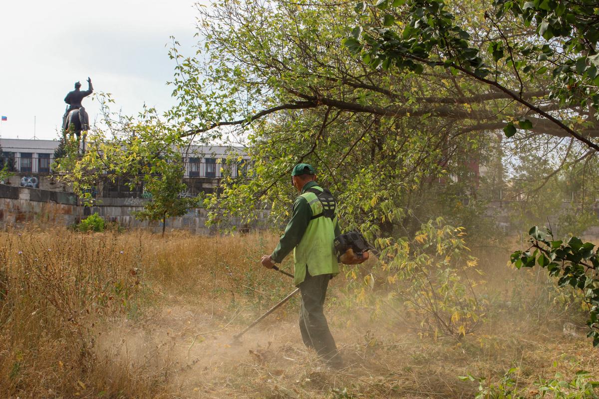 В Луганске активисты провели субботник у памятника Клименту Ворошилову 3