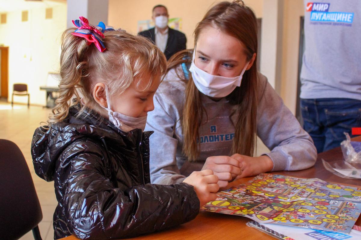 Жителям прифронтового Первомайска передали настольные игры от ОД «Мир Луганщине»