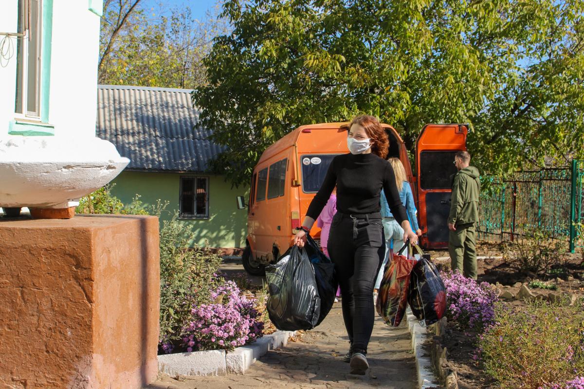 Активисты проекта «Волонтёр» ОД «Мир Луганщине» передали помощь нуждающимся Перевальска
