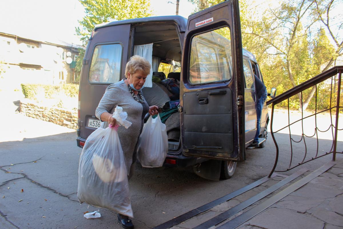 Активисты проекта «Волонтёр» ОД «Мир Луганщине» передали помощь нуждающимся Перевальска 4