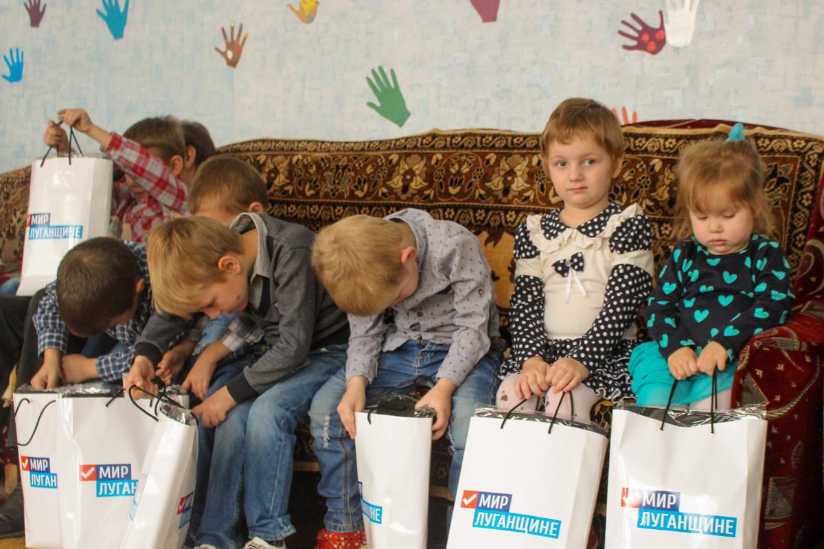 Воспитанникам Краснодонской школы-интерната волонтёры подарили канцелярские наборы 1