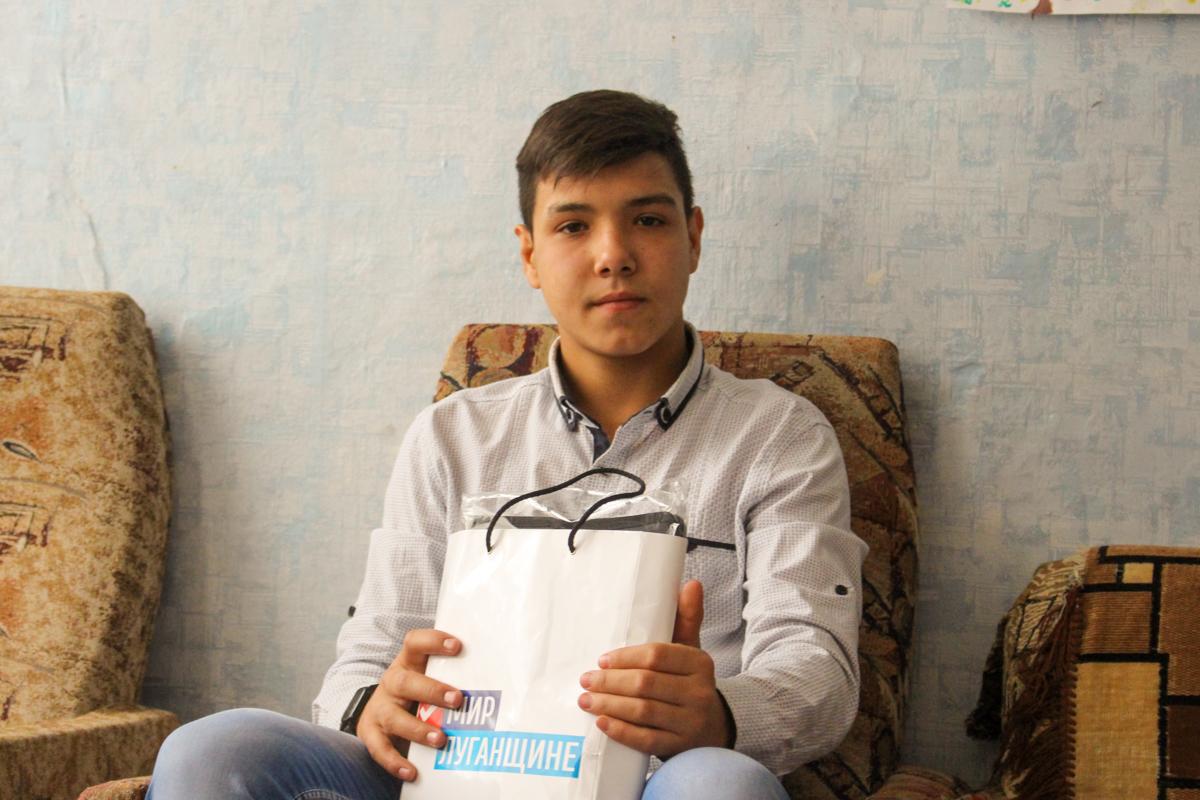 Воспитанникам Краснодонской школы-интерната волонтёры подарили канцелярские наборы 3