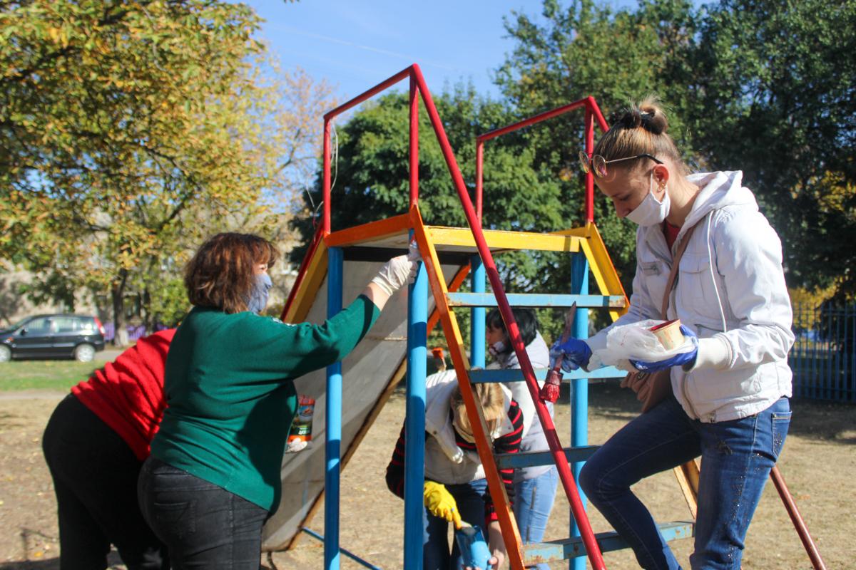 Депутат и активисты привели в порядок две детские площадки в селе Смелое 2