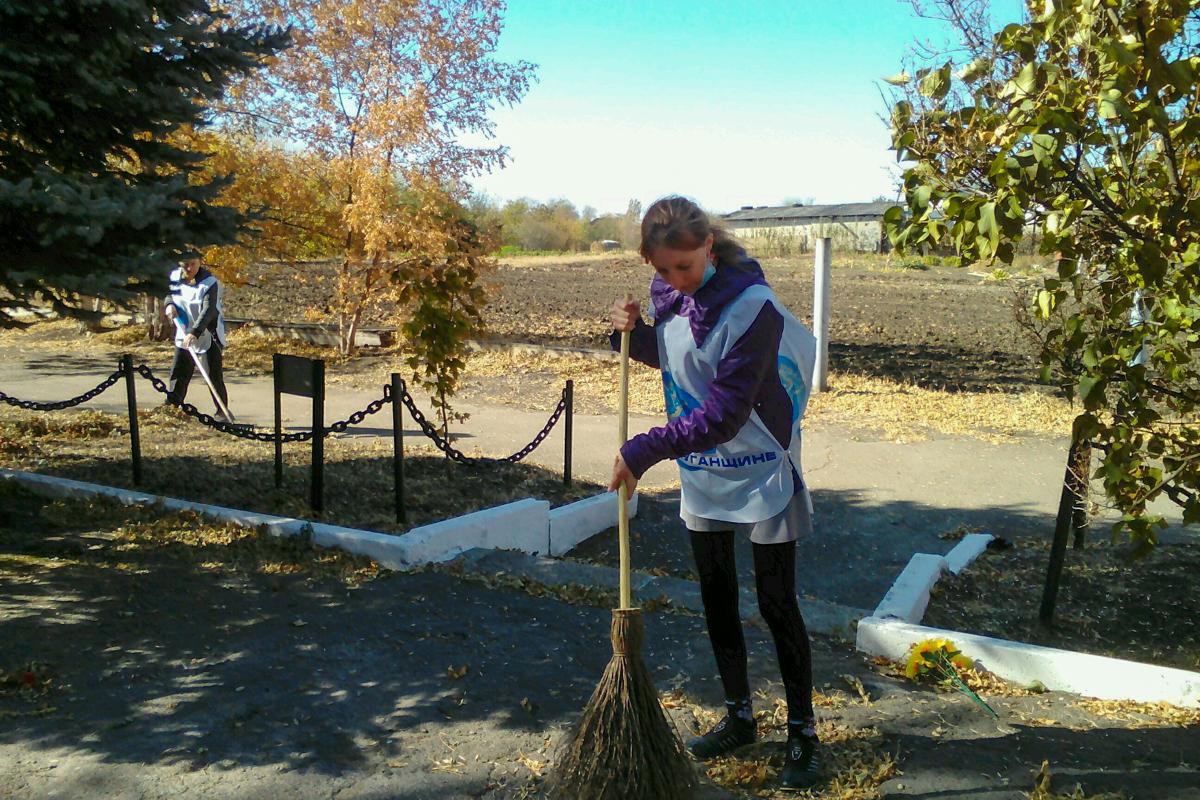 Краснодонские активисты привели субботник у братской могилы в селе Белоскелеватое 3