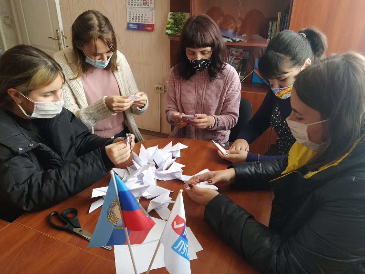 В Перевальске активисты провели акцию «Белые журавли» 1
