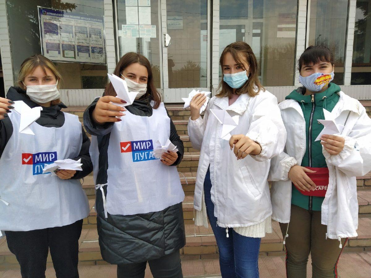 В Перевальске активисты провели акцию «Белые журавли»