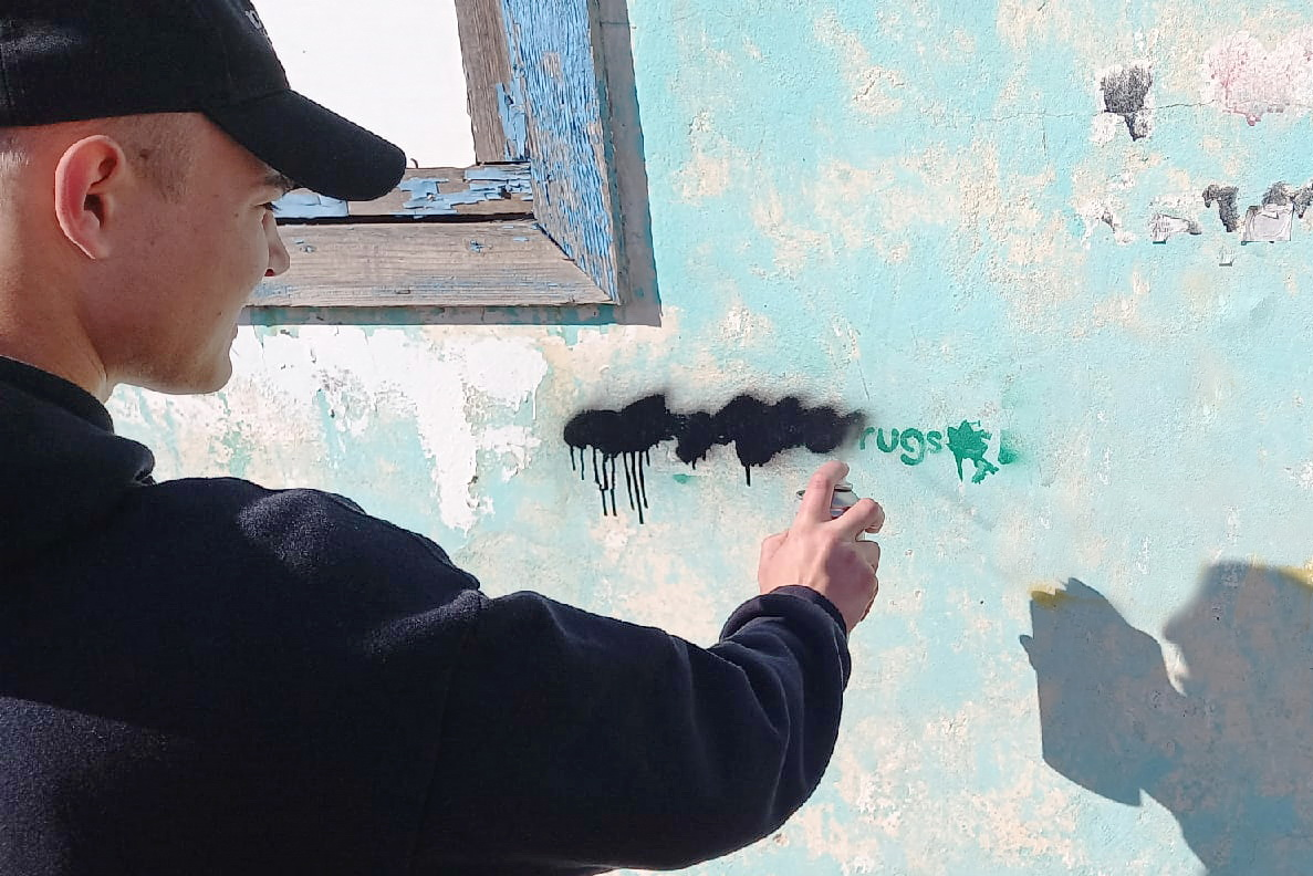 В Свердловске в рамках акции «Стоп наркотикам!» закрасили надписи Telegram-каналов распространителей наркотиков