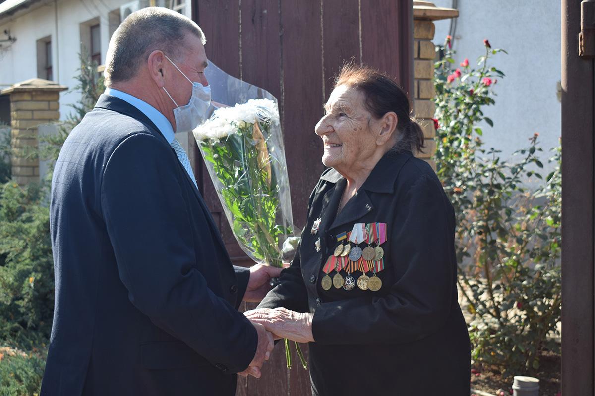 В Первомайске депутат Елена Фарахова и активисты движения поздравили с 99-летием ветерана Великой Отечественной войны