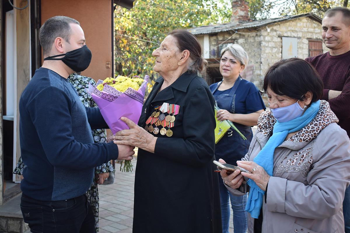 В Первомайске депутат Елена Фарахова и активисты движения поздравили с 99-летием ветерана Великой Отечественной войны 3