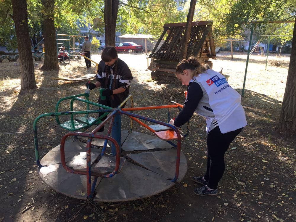 В Первомайске активисты движения покрасили детскую площадку