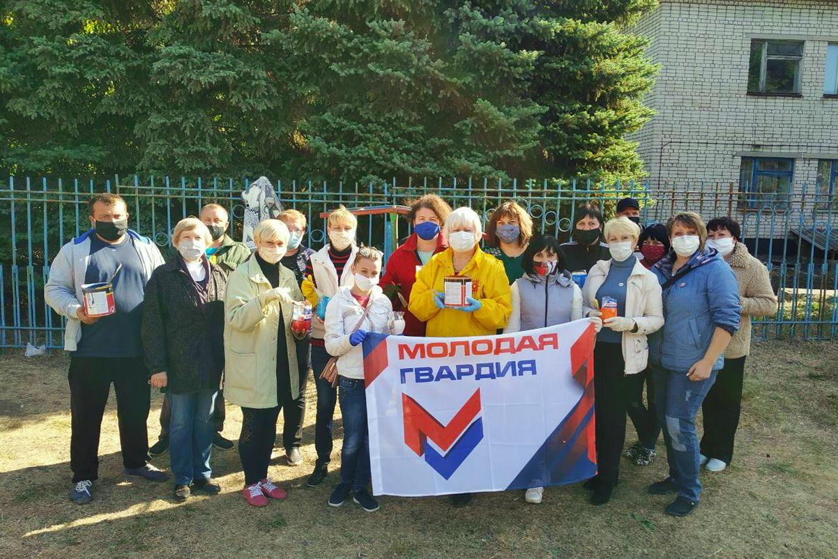 Депутат и активисты привели в порядок две детские площадки в селе Смелое 3