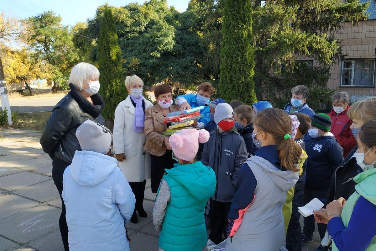 Депутат Светлана Гизай передала художественную литературу и обучающие игры детям прифронтового села Смелое 2