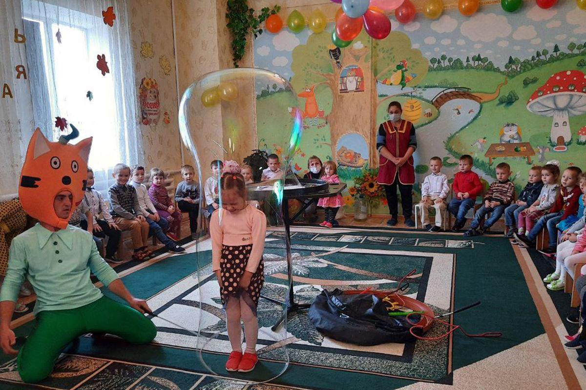 Для юных жителей Антрацита устроили развлекательную программу с подарками 2