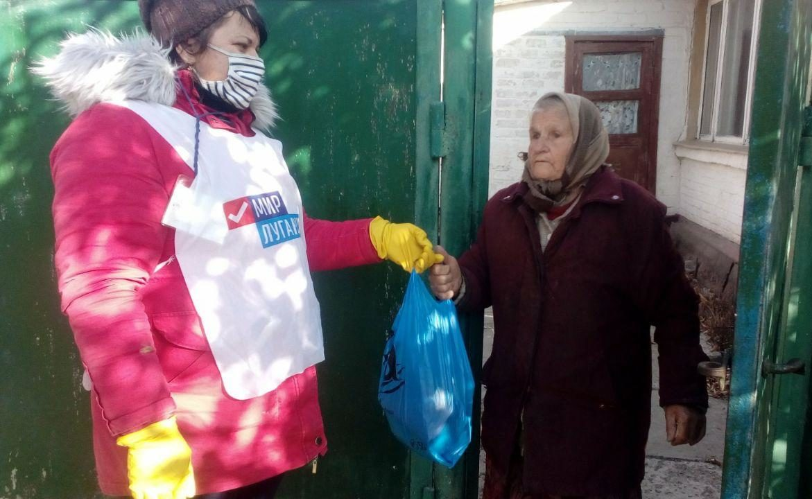Волонтёры помогли двум жителям Славяносербского района