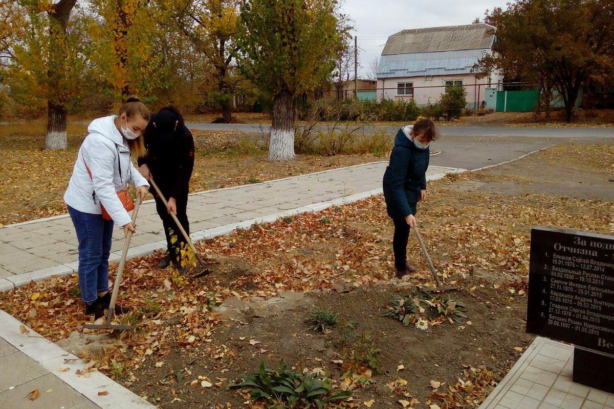 В Зимогорье активисты привели в порядок территорию у Памятного знака защитникам ЛНР