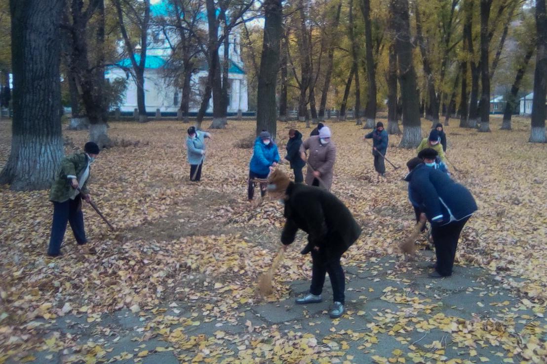 Активисты из Антрацитовского районапровели субботник в посёлке городского типа