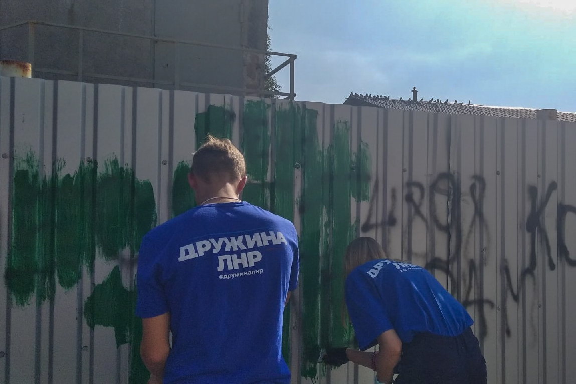 Надписи с адресами Telegram-каналов наркоторговцев закрасили в Алчевске