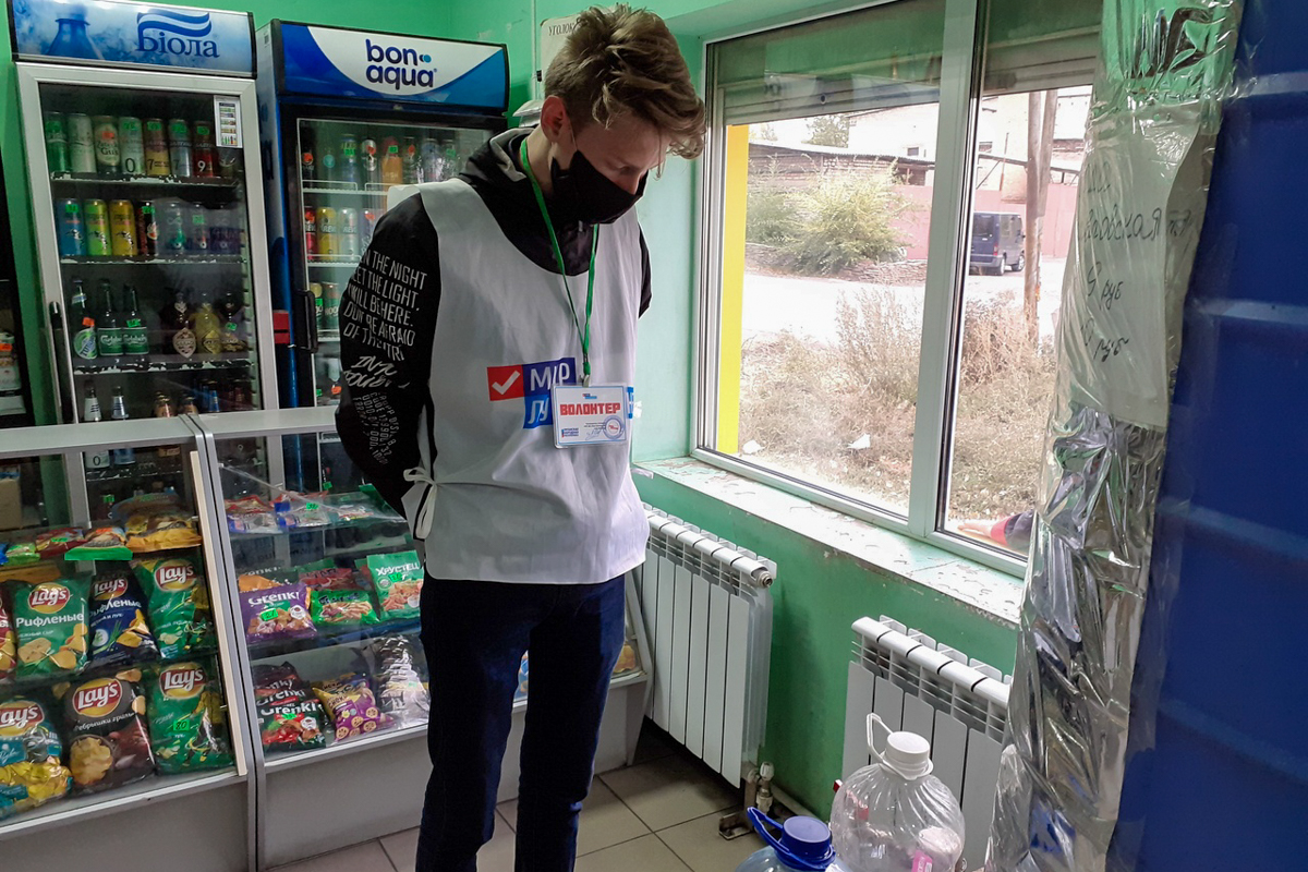 Волонтёры из Антрацита помогли жительнице города