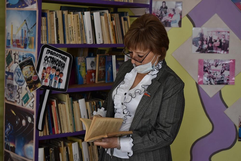 Депутат Светлана Алёшина передала книги брянковской библиотеке для детей