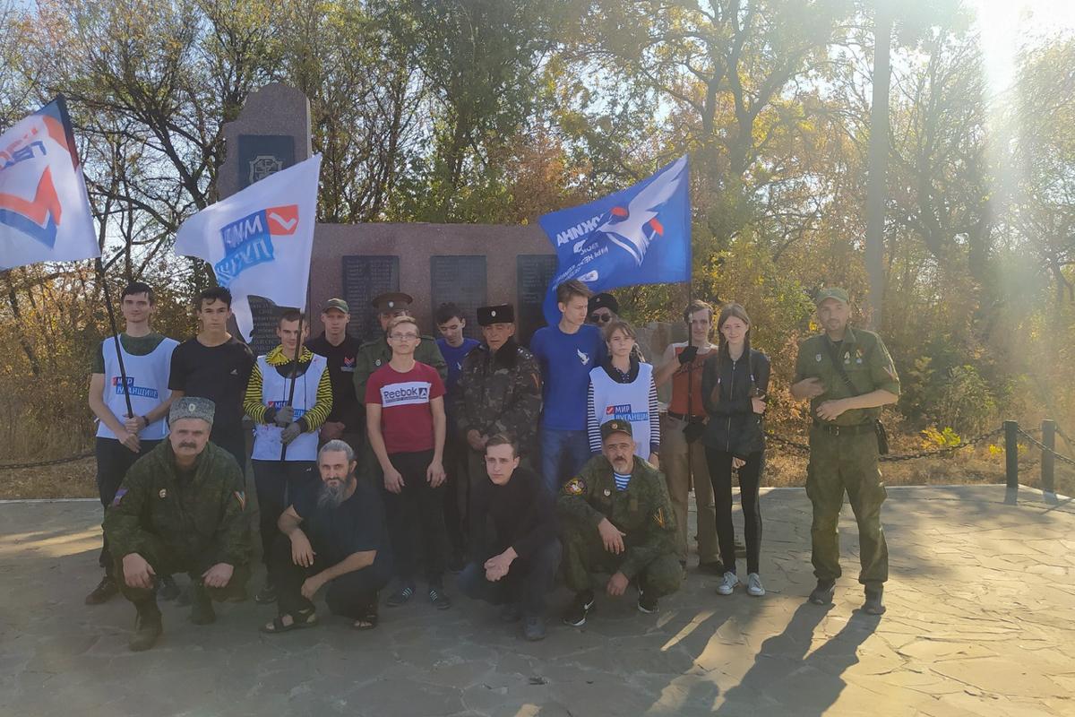 В Антраците активисты провели субботник на Аллеи Памяти погибшим защитникам Донбасса 3