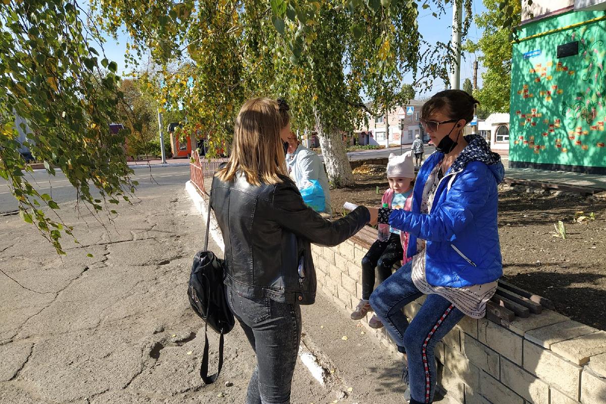 В Перевальске активисты провели акцию и раздали защитные маски жителям города