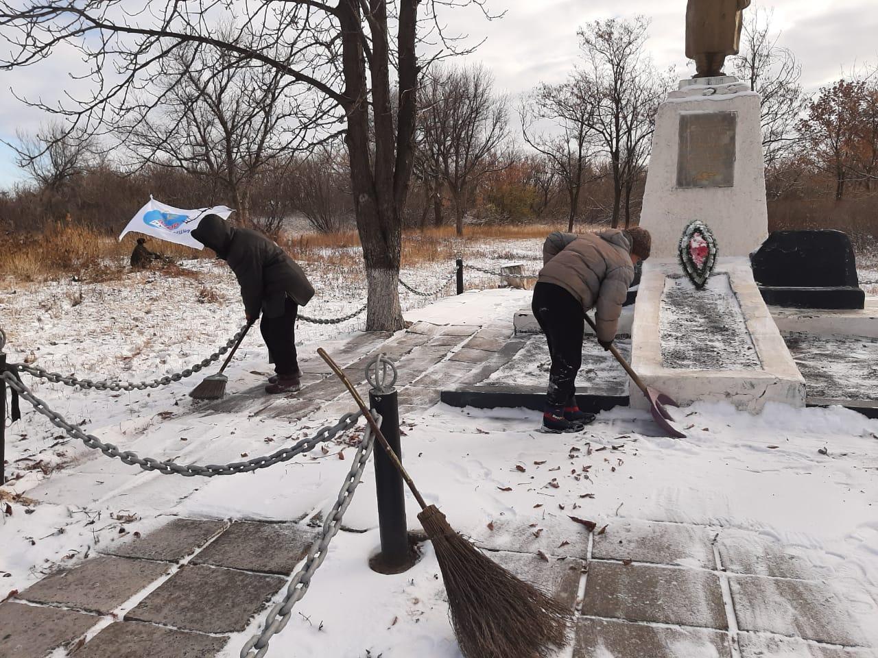 Активисты Красного Луча провели субботник у памятника погибшим воинам в Великой Отечественной войне