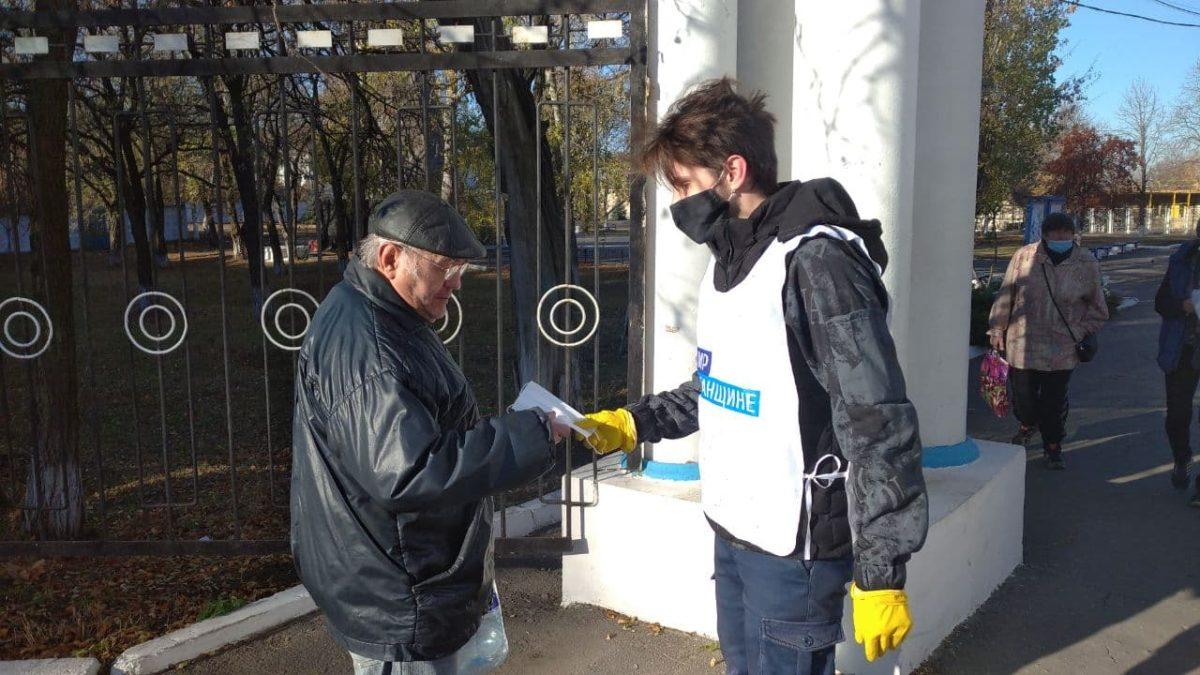 В Кировске активисты раздали горожанам защитные маски