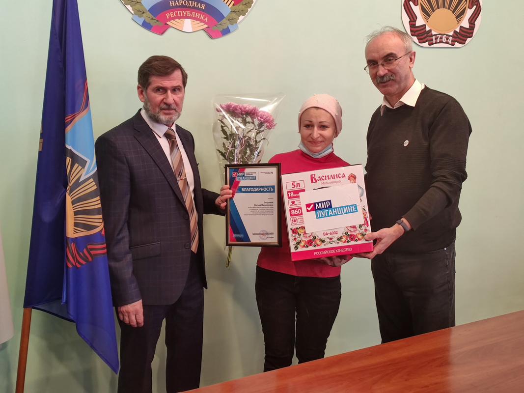 В День матери активисты ОД «Мир Лугнащине» поздравили многодетных матерей ЛНР 4