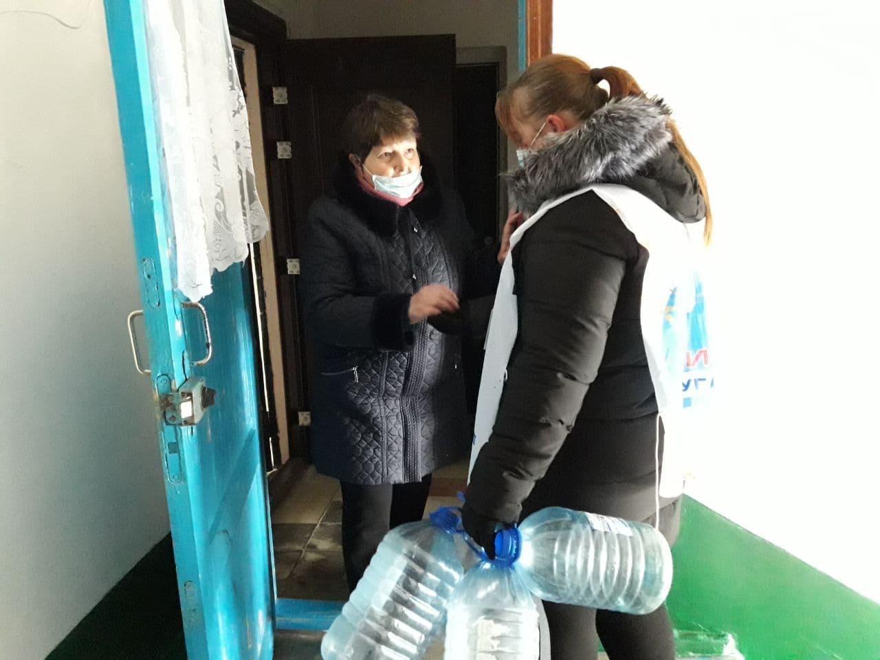 В Кировске в рамках акции «Рука помощи» волонтёры помогли двум жительницам города