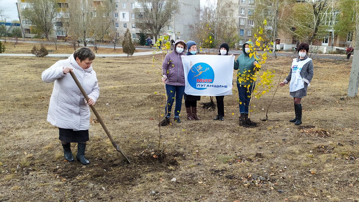 Краснолучские активисты провели субботник в городе Петровское