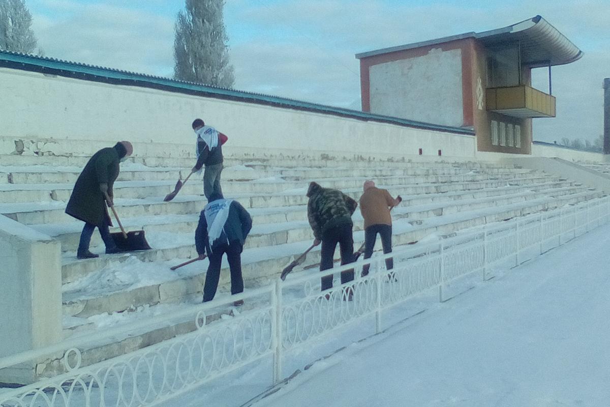 В Кировске активисты очистили городской стадион от снега