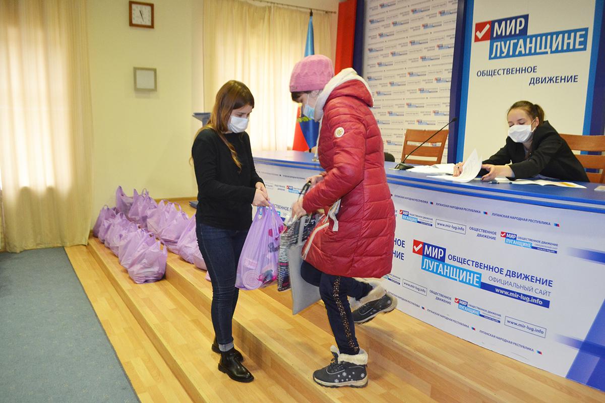 Жителям Луганска выдали продуктовые наборы от проекта «Волонтёр» 3