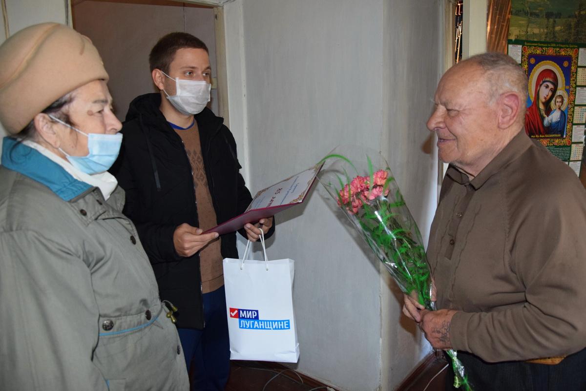 В Красном Луче поздравили с днём рождения заслуженного тренера по боксу Анатолия Сергеева