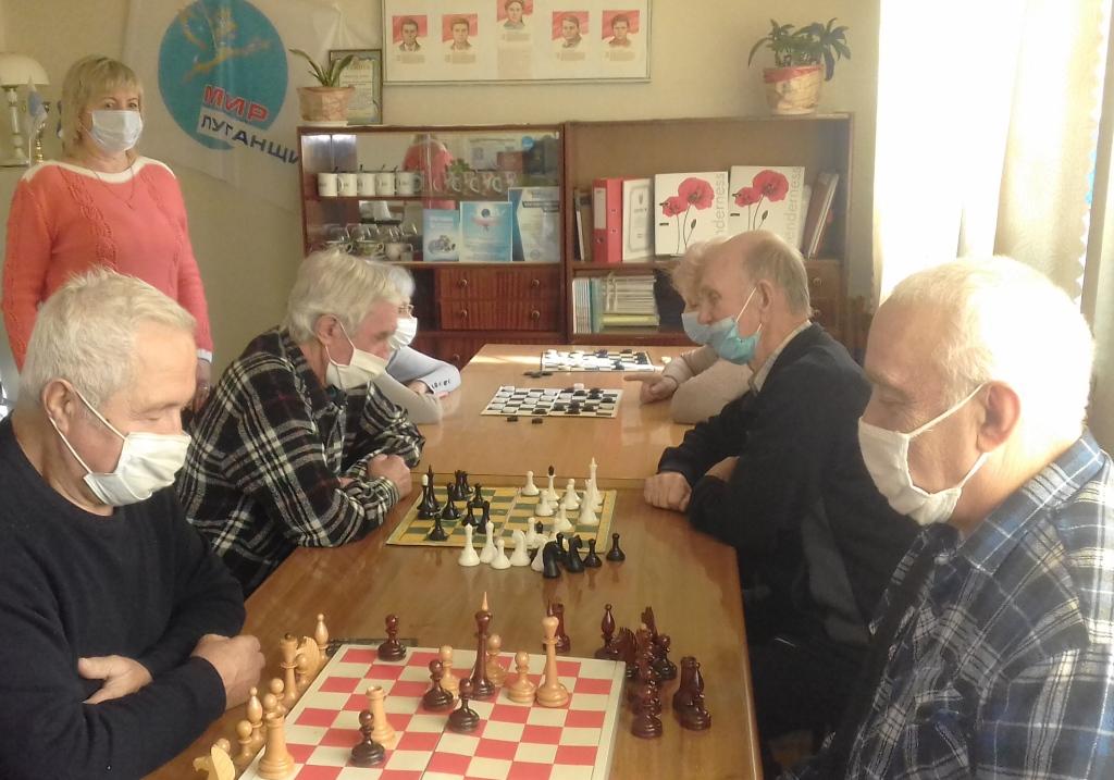 Алчевские ветераны приняли участие в турнире по шахматам и шашкам