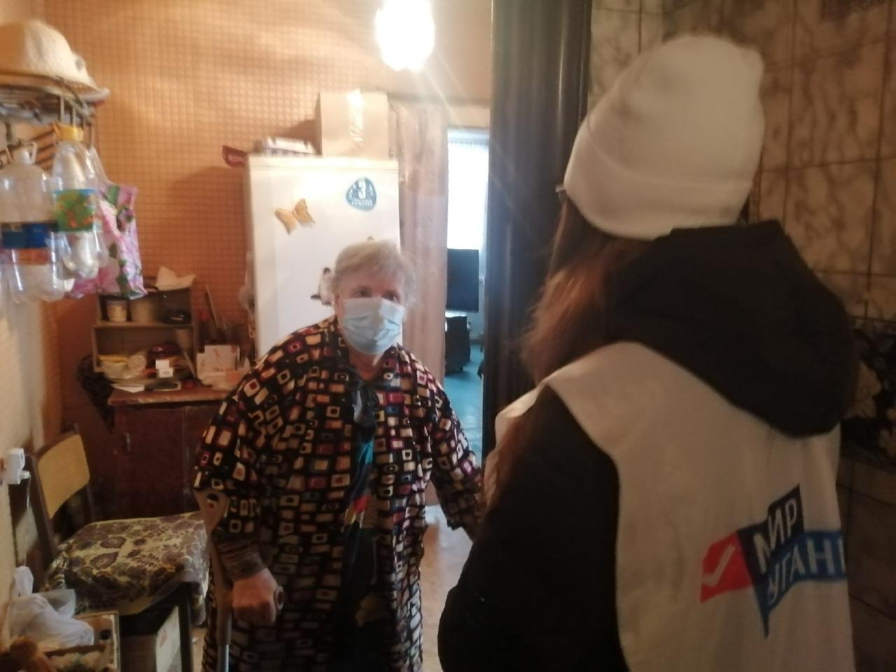 В рамках акции «Рука помощи» волонтёры помогли двум жителям Лутугинского района