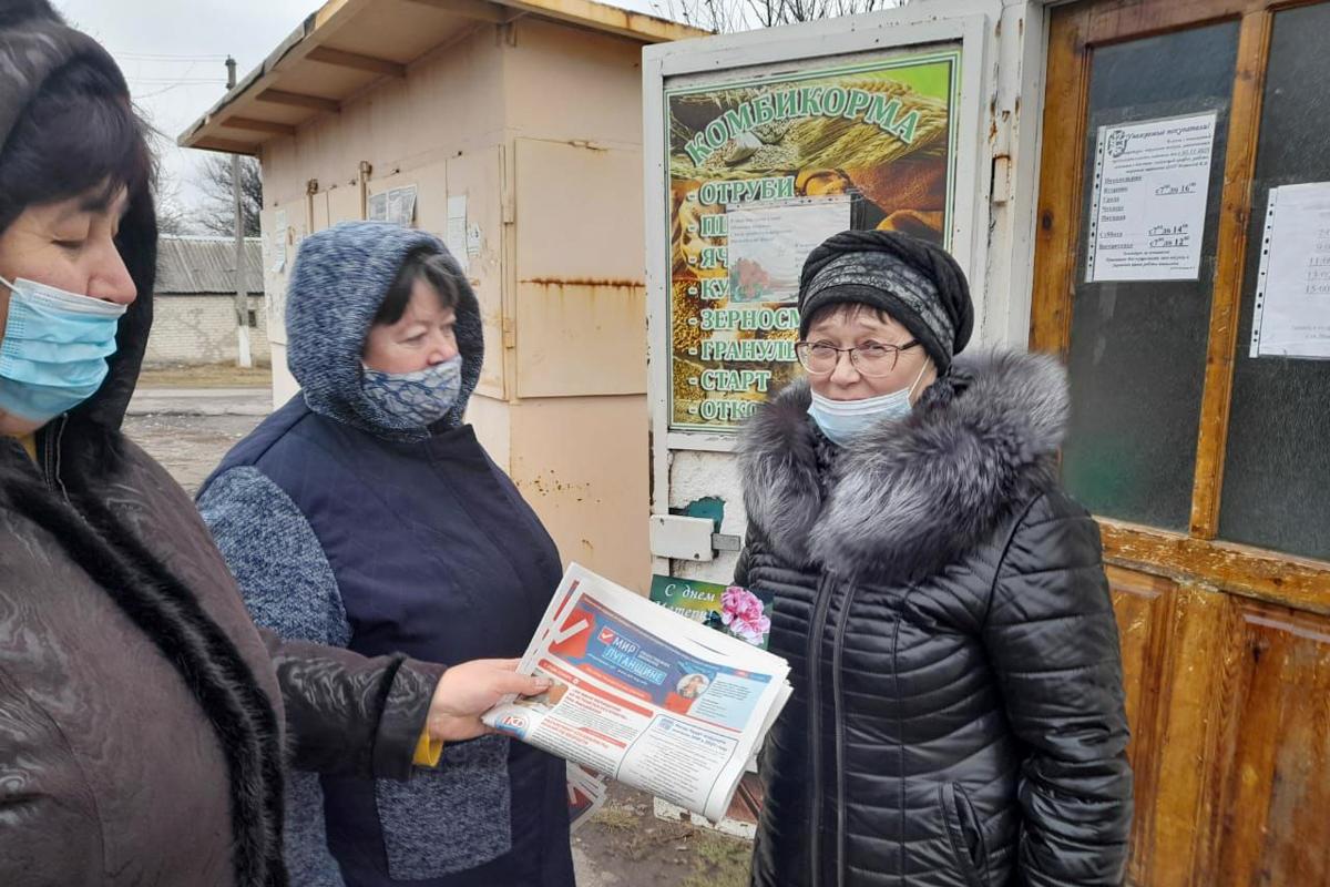 В прифронтовом посёлке Фрунзе и в селе Весняное активисты поздравили всех женщин с Днём матери