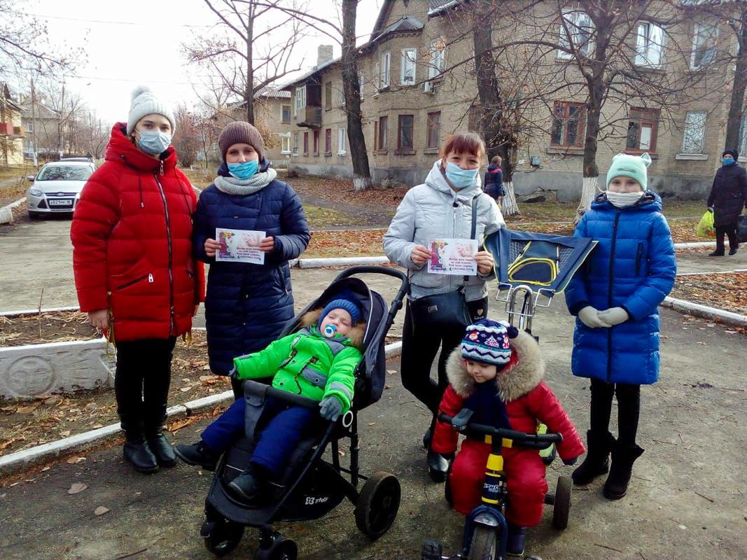 Активисты Славяносербского района провели флешмоб ко Дню матери 3