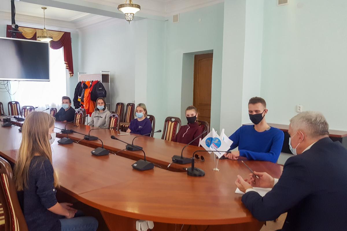 Руководитель исполкома Краснодонского теротделения провел встречу с молодёжными активистами