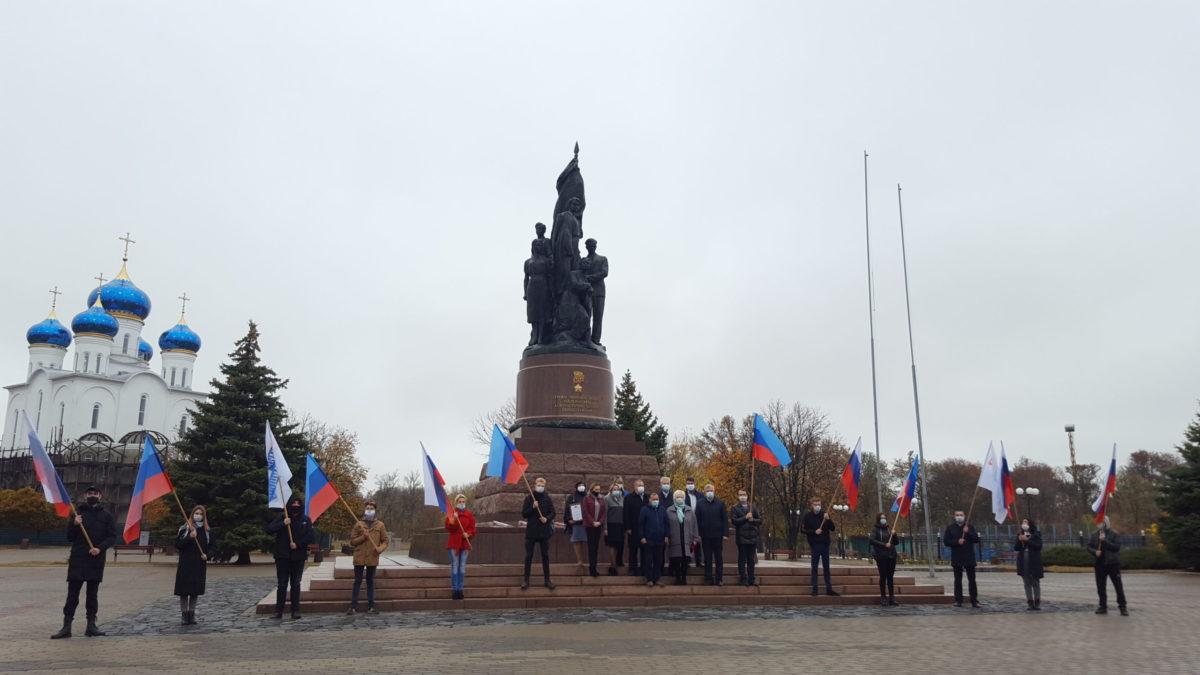 В Краснодоне активисты возложили церемония цветы к памятнику «Клятва»