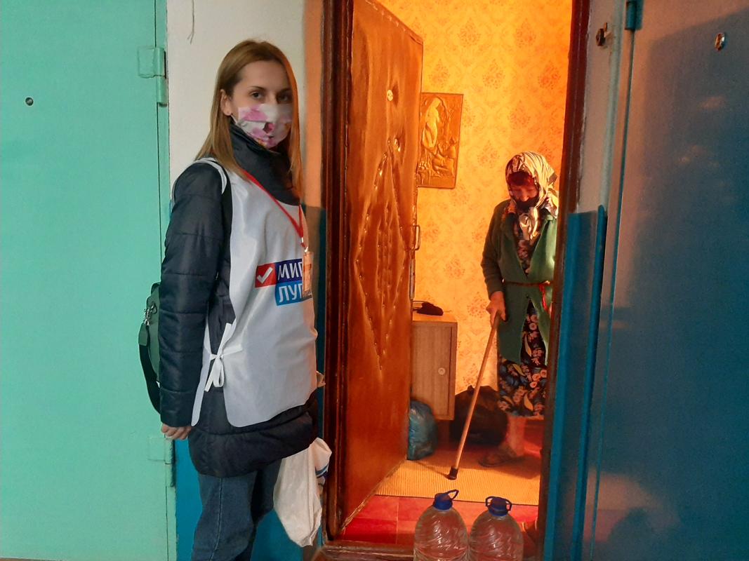 Волонтёры акции «Рука помощи» помогли четырем жителям Алчевска
