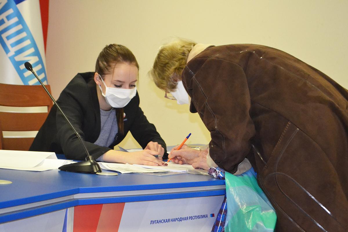 Жителям Луганска выдали продуктовые наборы от проекта «Волонтёр»