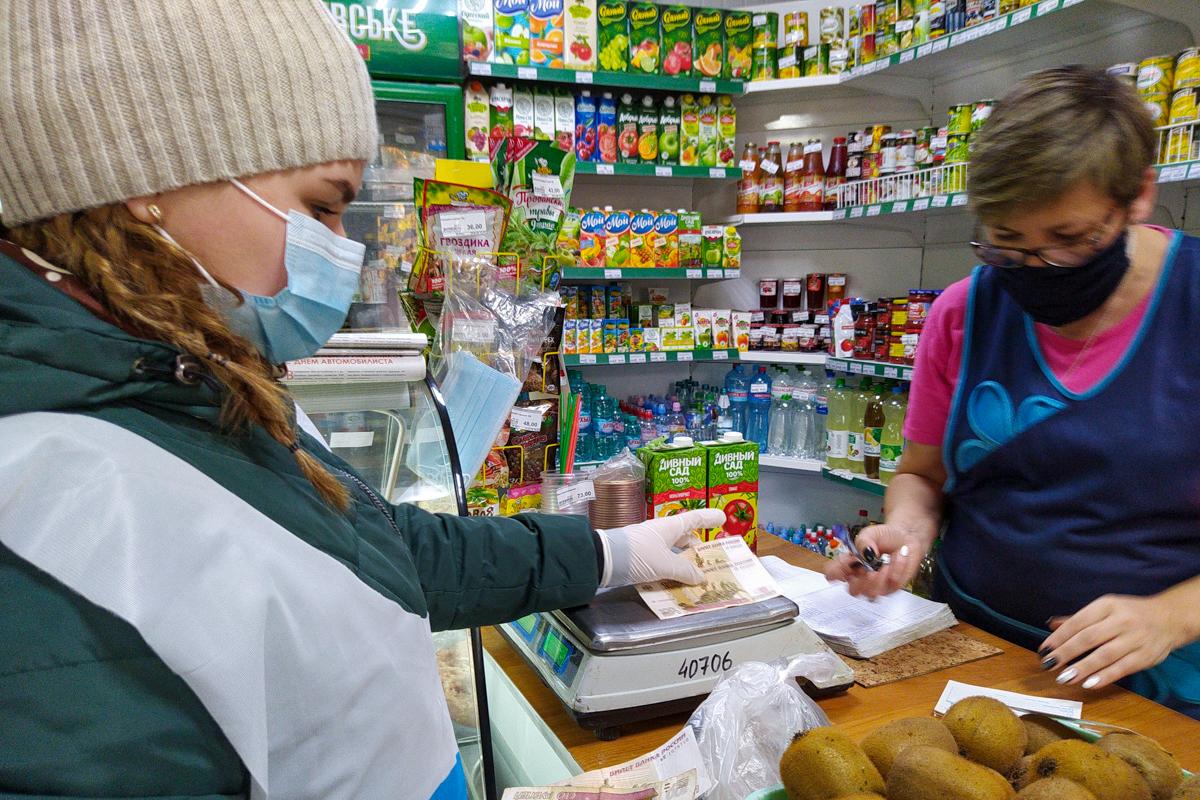 В Ровеньках активисты помогли жительнице в рамках акции «Рука помощи» 1