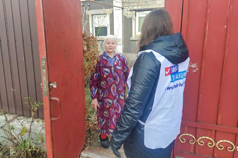 Волонтёры Перевальска помогли жительнице города в рамках акции «Рука помощи»