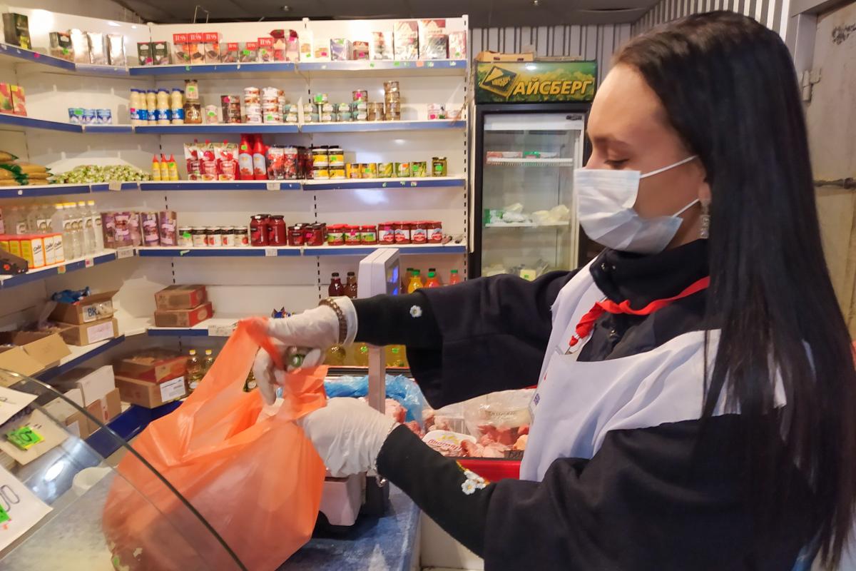 В Ровеньках активисты помогли жительнице в рамках акции «Рука помощи»