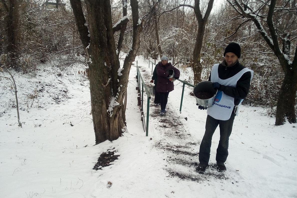 Активисты убрали территорию криницы в посёлке Хрустальное