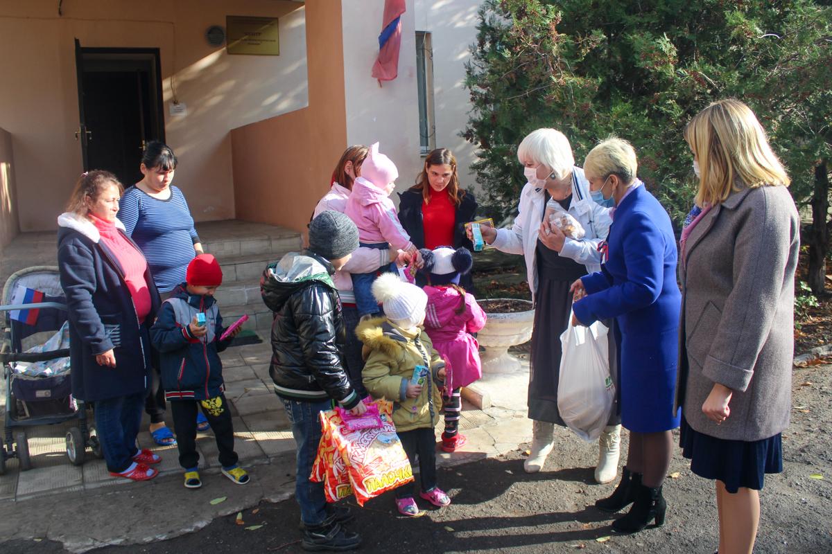 В Славяносербске подопечных центра социальной поддержки семей, детей и молодёжи поздравили с Днём народного единства