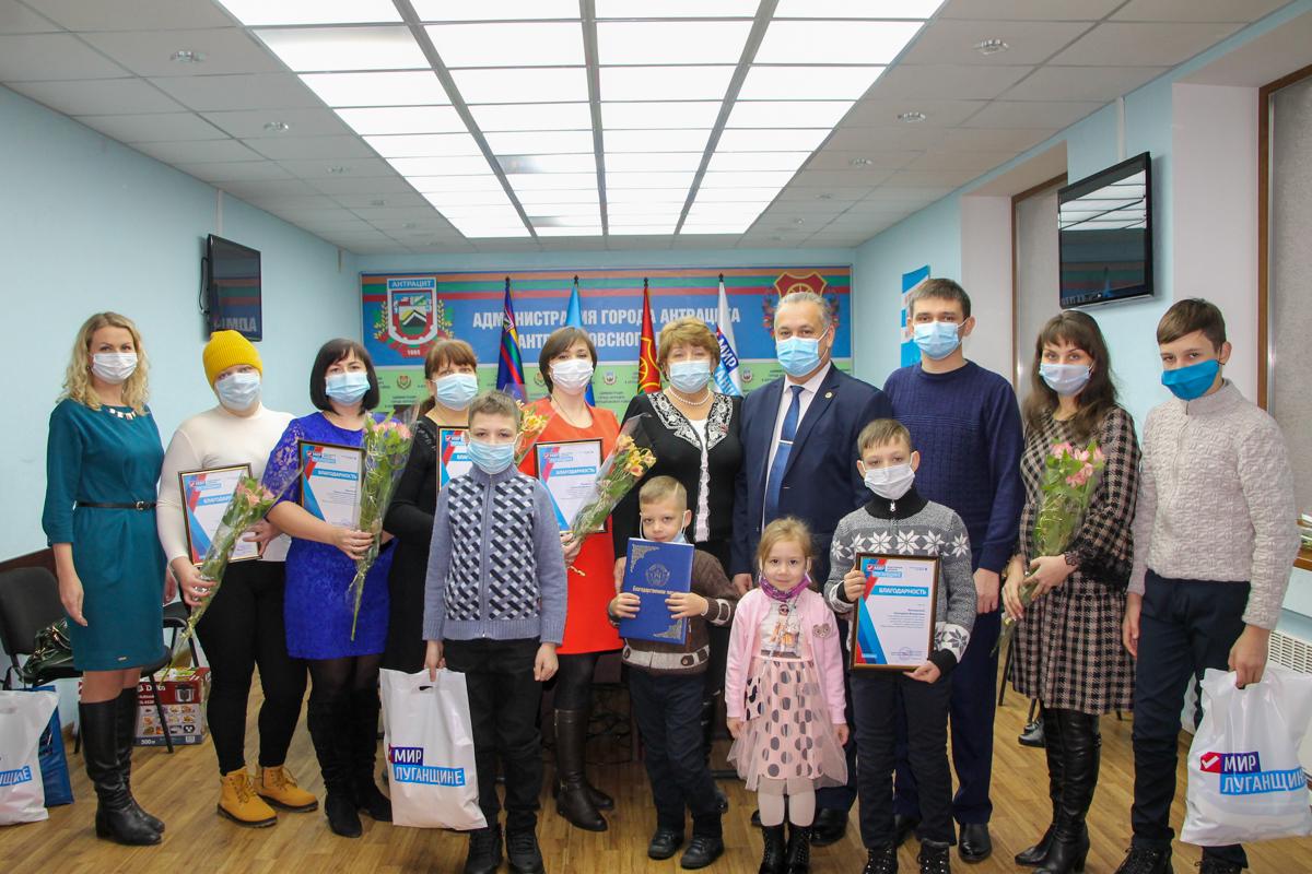 В День матери активисты ОД «Мир Лугнащине» поздравили многодетных матерей ЛНР